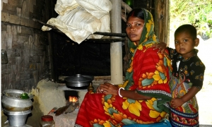 Mrs Beauty Das is using improved cooking stove IUCNEnamul Mazid Khan Siddique
